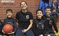 carla spolitu istruttrice di minibasket insieme ai suoi ragazzi
