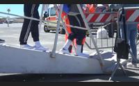cagliari sbarcati altri 650 migranti la terza nave del 2017