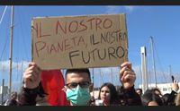 cagliari studenti in corteo per salvare il mondo dall inquinamento