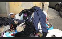 sestu davanti alla caritas una discarica di vecchi abiti
