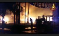 cagliari incendio distrugge una pizzeria paura in via darwin