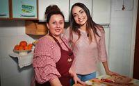 natalia e veronica in cucina per preparare le tipiche polpette ucraine
