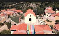 arzachena il turismo social brillano i colori della scalinata arcobaleno
