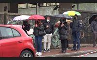 nuoro dopo lo stop riprendono i vaccini in fila sotto la pioggia